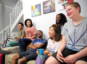 異なる肌の色の若者たちと一緒に暮らす吉村翔子さん(左から2人目)=ケープタウン、三浦英之撮影