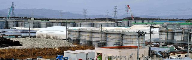 東京電力福島第一原発内のタンク群=2月24日、仙波理撮影