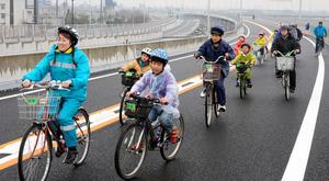 松山外環状道路でサイクリングを楽しむ参加者たち=松山市