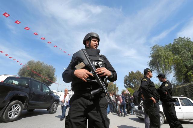 チュニスで19日、バルドー博物館の前で警備する警察官=AFP時事