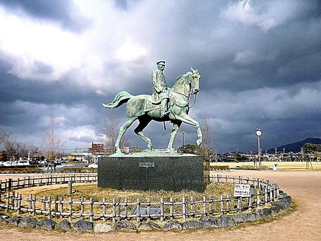 明治の元老山県有朋の銅像。背後に1万平方メートルの芝生が広がる=山口県萩市の中央公園