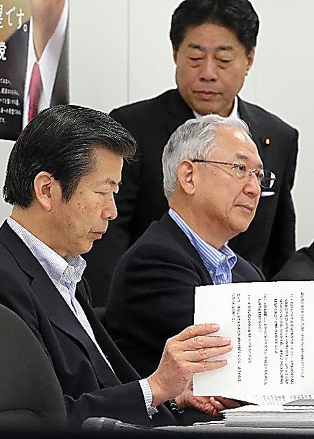 公明党内の議論に臨む山口代表(左)、北側副代表(上)、井上幹事長=2014年6月25日、東京・永田町