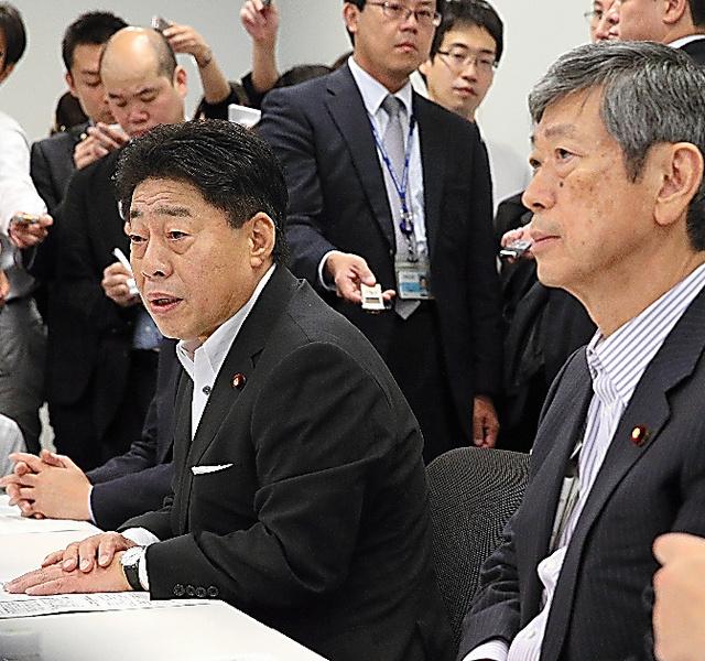 2014年6月13日の与党協議で、あいさつする公明・北側副代表(左)=東京・永田町