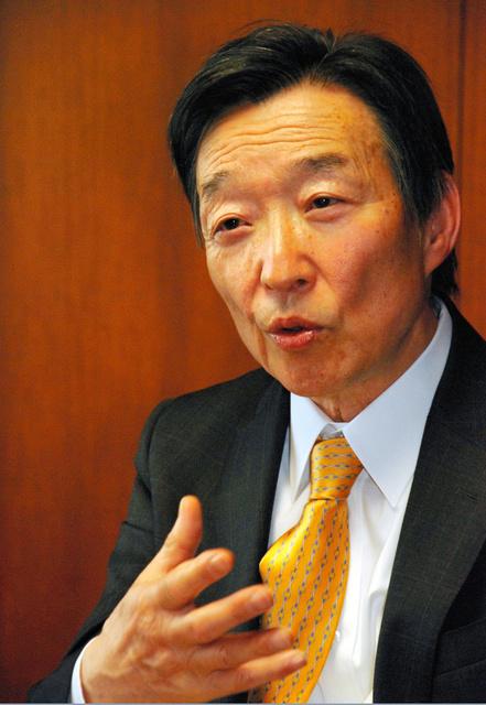 インタビューに答える日本銀行の岩田規久男副総裁=東京都中央区の日銀本店、野島淳撮影