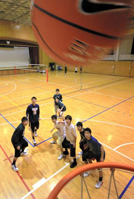 体育館で練習するバスケットボール部員ら。昨年、全国高校選抜優勝大会に初出場を果たした=生駒高校