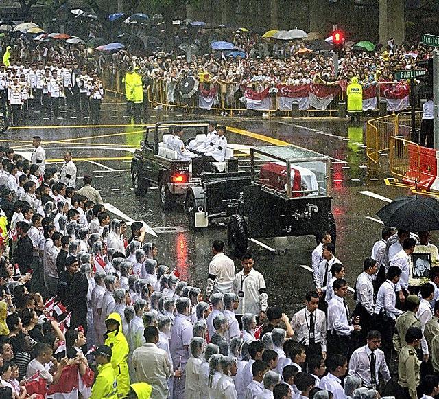 29日、シンガポールで行われた初代首相リー・クアンユー氏の国葬に集まった人々=EPA時事