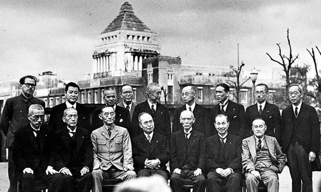 後に戦争調査会をつくった幣原喜重郎(前列中央)内閣の初顔合わせ。後列右から3番目が芦田均厚相、前列右端が吉田茂外相=45年10月9日、国会議事堂前