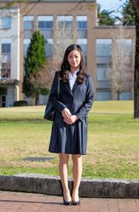 入学式に臨むため、国際基督教大に登校し、報道陣の前で笑顔を見せる秋篠宮家の次女佳子さま=2日午前7時36分、東京都三鷹市、関田航撮影