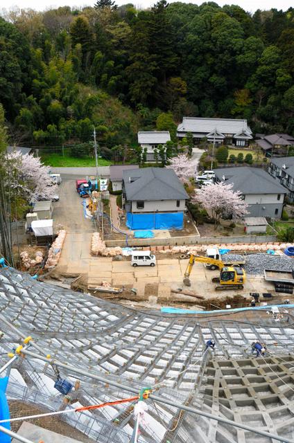 佐藤浩太さんが亡くなったアパート裏の崖では4日、代執行による横浜市の復旧工事が進んでいた=横浜市