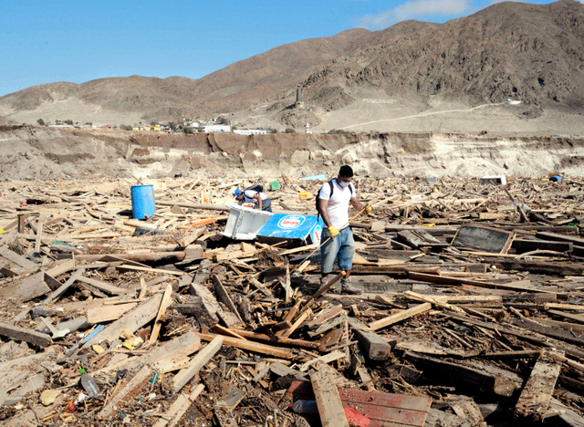 南米チリの北部を襲った集中豪雨による死者・行方不明者が、4日までに150人に上った。現場一帯は世界で最も乾燥した地域とされるアタカマ砂漠。記録を取り始めた1920年以降、これほどの大雨はなかったという。住民はがれきをかきわけ、行方不明の親族を捜していた=3日、チリのアタカマ州チャニャラル、田村剛撮影