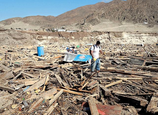 南米チリの北部を襲った集中豪雨による死者・行方不明者が、4日までに150人に上った。現場一帯は世界で最も乾燥した地域とされるアタカマ砂漠。記録を取り始めた1920年以降これほどの大雨はなかったという。住民はがれきをかきわけ、行方不明の親族を捜していた=3日、チリのアタカマ州チャニャラル、田村剛撮影