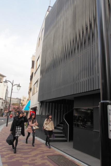 早稲田キャンパス沿いの南門 ...