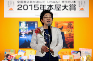 本屋大賞を受賞し、スピーチをする上橋菜穂子さん=7日午後7時30分、東京都港区、関田航撮影