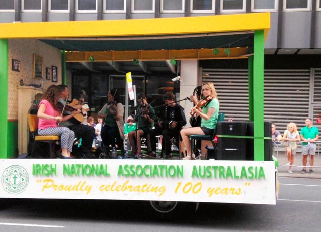 シドニーで行われた「聖パトリックの日」のパレードには、全豪アイルランド協会のメンバーたちも参加し、アイリッシュフィドルを演奏した
