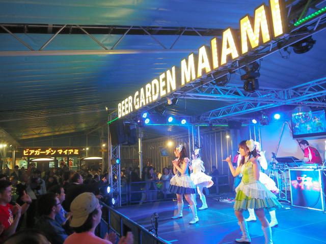 老舗「マイアミ」の本格営業を前にしたプレオープンでは、招待者らがステージに盛り上がった=8日夜、名古屋市中区の名古屋三越栄店