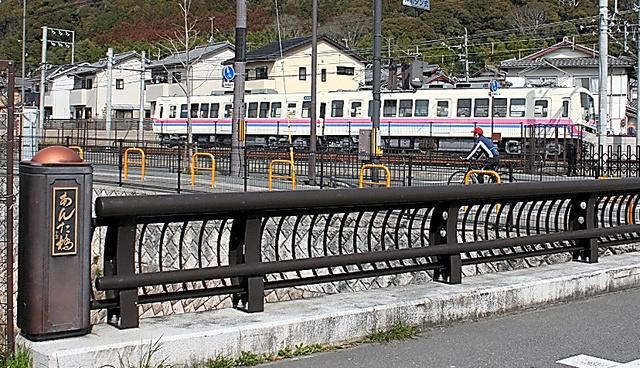 線路のすぐ南側にかかる「あんた橋」。今は車も通行できる=京都市左京区岩倉幡枝町