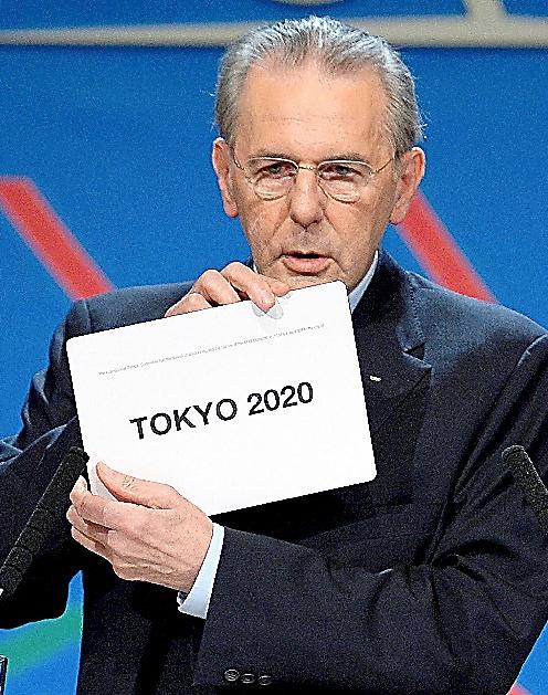 東京五輪決定を告げるロゲ会長=ロイター