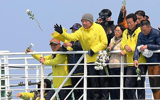 事故海域をフェリーで訪れ、花を海に捧げる遺族たち=15日午前10時49分、韓国・珍島沖