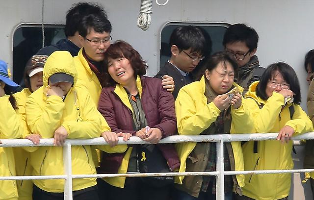 韓国の旅客船セウォル号沈没事故から1年を迎えるのを前に事故海域をフェリーで訪れた遺族たち=15日午前10時54分、韓国・珍島沖
