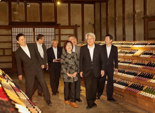 会津電力の役員たちと酒蔵を歩く=福島県喜多方市