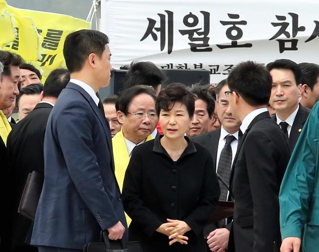 韓国旅客船セウォル号沈没事故から1年を迎え、事故現場に近い珍島(チンド)の彭木(ペンモク)港を訪問した朴槿恵大統領(中央)=16日午後0時14分、韓国・珍島、東岡徹撮影