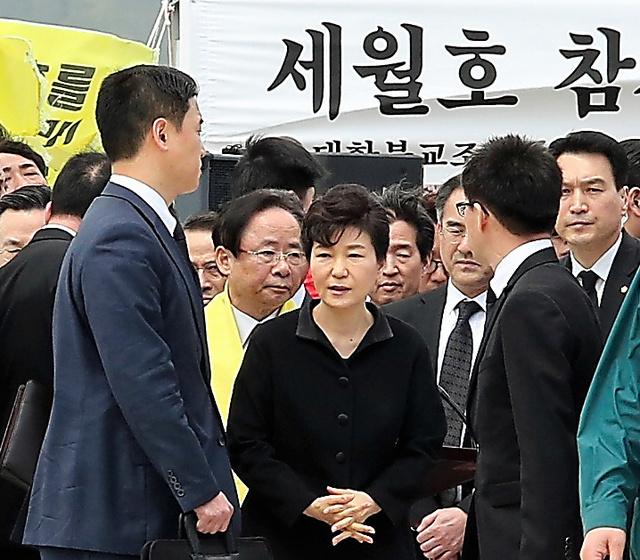 事故現場に近い珍島(チンド)の港を訪問した朴槿恵大統領(中央)=16日午後0時14分、韓国・珍島、東岡徹撮影