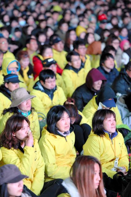 韓国・珍島沖で沈没した旅客船セウォル号の引き揚げなどを求める集会。約1万人が参加し、遺族らはステージで映し出された映像などに涙を流した=16日午後7時38分、ソウル、東岡徹撮影