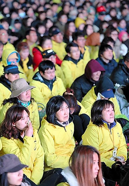 セウォル号の引き揚げなどを求める集会。約1万人が参加し、映像などに涙を流した=16日夜、ソウル、東岡徹撮影