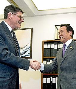 写真・図版 ワシントンで16日、会談前に握手を交わす麻生太郎財務相(右)とルー米財務... アジ