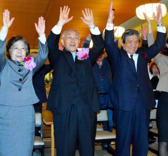 6選を決め、支持者らと万歳する小池清彦氏(中央)=加茂市新町2丁目