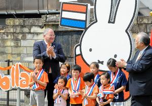 ミッフィーの電光板とローデリック・ウォルス総領事(左)ら=長崎市