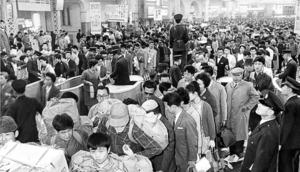 ゴールデンウィークで混雑する国鉄上野駅の改札口(1963年)