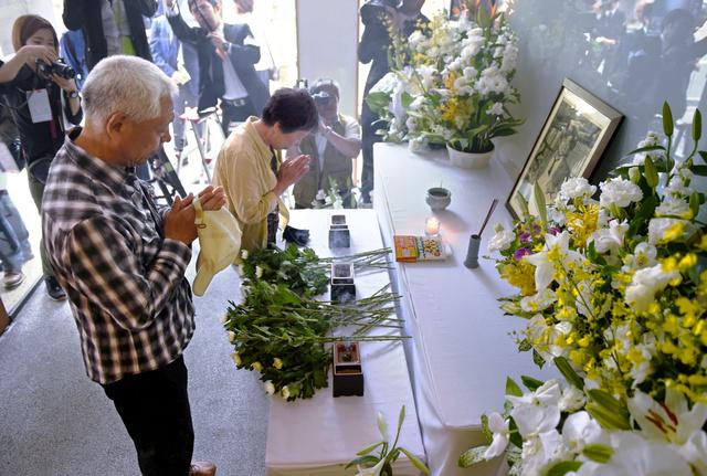 阪神支局に設けられた拝礼所で、追悼する人たち=3日午前、兵庫県西宮市、遠藤真梨撮影