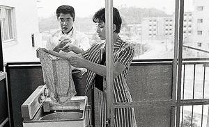 吉永小百合と浜田光夫が出演した映画「青春のお通り」(日活・森永健次郎監督)は、団地の一室を借りロケが行われた=1965年、千里ニュータウン