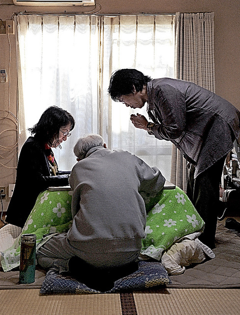 リフォーム詐欺で家を失った男性(中央)。今は後見人の弁護士(左)やケアマネジャーの支援を受けてアパートで暮らす=4月23日、神奈川県内、仙波理撮影