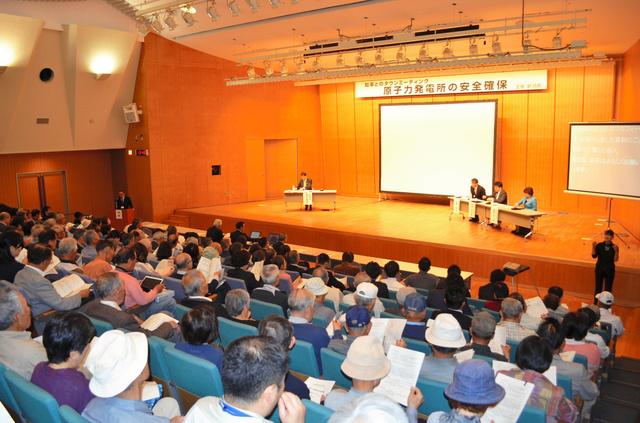 泉田裕彦知事(壇上左)とのタウンミーティングに290人の住民らが集まった=刈羽村生涯学習センター「ラピカ」