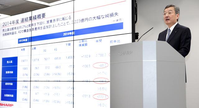 2014年度の決算について会見するシャープの高橋興三社長=14日午後3時13分、東京都港区、杉本康弘撮影