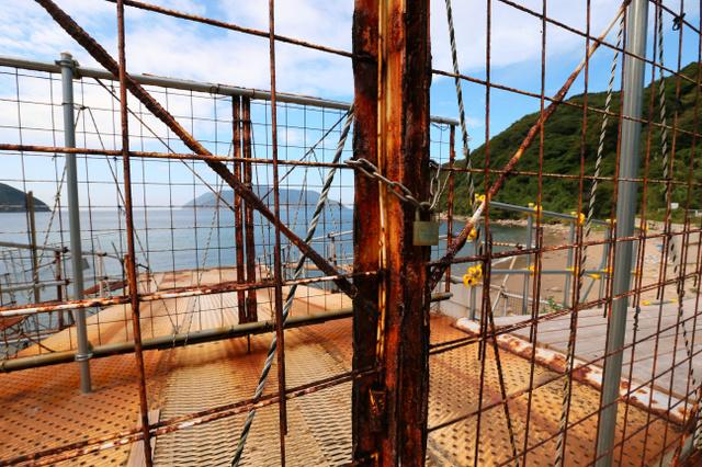 上関原発予定地の桟橋は施錠されたままだ。奥は祝島=昨年10月、金子淳撮影