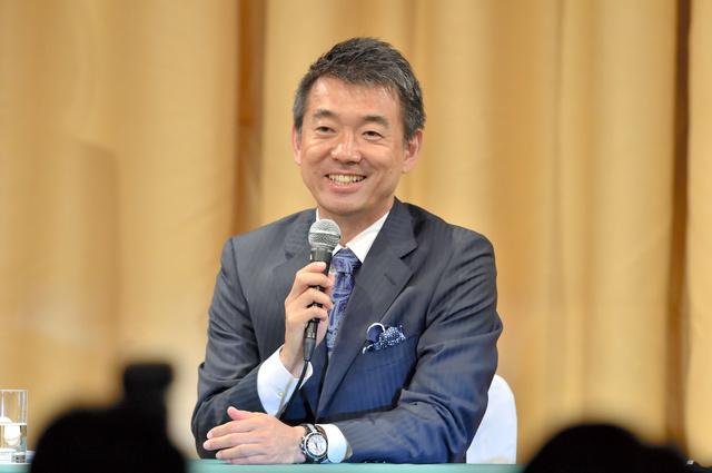 大阪都構想をめぐる住民投票で反対多数が確実となり、会見に臨んだ橋下徹大阪市長=17日午後11時19分、大阪市北区、水野義則撮影