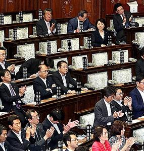 衆院本会議での安全保障関連法案審議の終盤、空席が目立つ自民党の議席=26日午後4時1分、飯塚晋一撮影