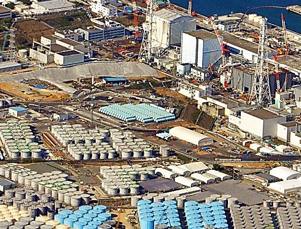 汚染水のタンクが並ぶ福島第一原発=11日、福島県大熊町