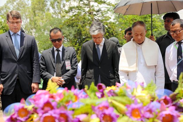"""インド平和記念碑に献花し、黙<Asajikai sjis=""""祷"""">禱</Asajikai>(もくとう)するサクリング豪大使(左)と八木大使(中央)=インド北東部インパール、29日、貫洞欣寛撮影"""