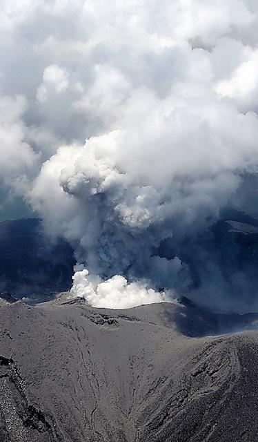 噴煙を上げる口永良部島の新岳=29日午後、鹿児島県屋久島町