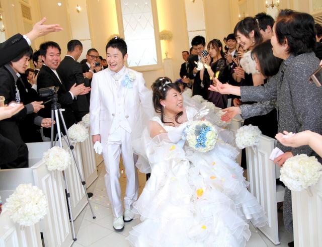 結婚式で祝福を受ける中原麻衣さんと尚志さん=2014年12月、岡山市南区、中原麻衣さん提供
