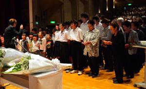 追悼歌を歌う大島小中学生と樫野地区の住民ら=串本町文化センター