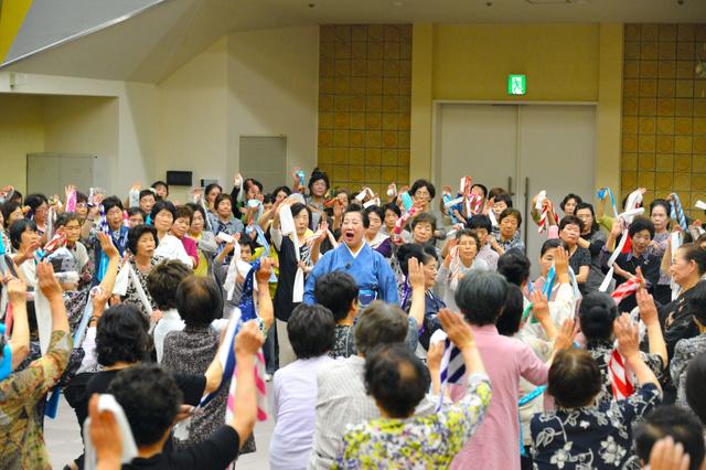 ユーモアたっぷりに指導する花柳淳吾さん(中央)とともに、300人以上が踊りを練習した=徳島市藍場町