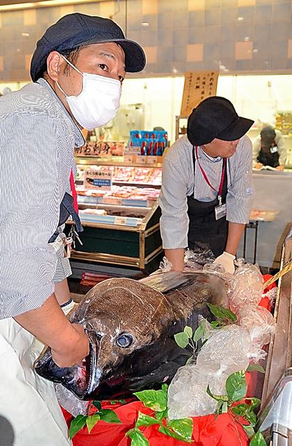 販売が始まった完全養殖のクロマグロ=福岡市東区のイオン香椎浜店