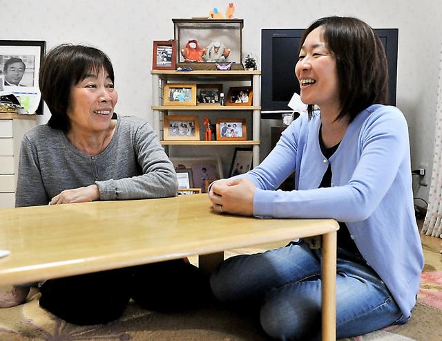 長女の河合雅美さん(右)と笑顔で言葉を交わす中西栄子さん。認知症と診断されている=5月1日、京都市内の自宅、仙波理撮影
