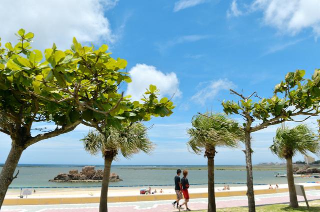 白い砂浜に青空が広がる「アラハビーチ」。沖縄戦では付近一帯に米軍が上陸したが、当時の面影はない=沖縄県北谷町、諫山卓弥撮影
