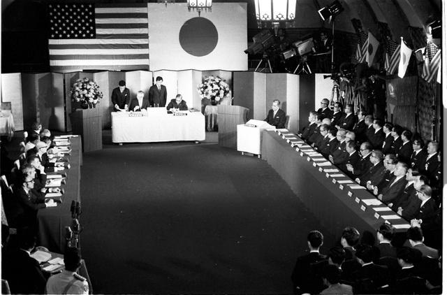 ワシントンと東京で同時に行われた沖縄返還協定調印式。中央は調印する愛知揆一外相(右側)とマイヤー駐日米大使、右端に佐藤栄作首相と閣僚たち=1971年6月17日、東京・永田町